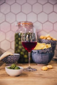 red-wine-in-kitchen_4460x4460